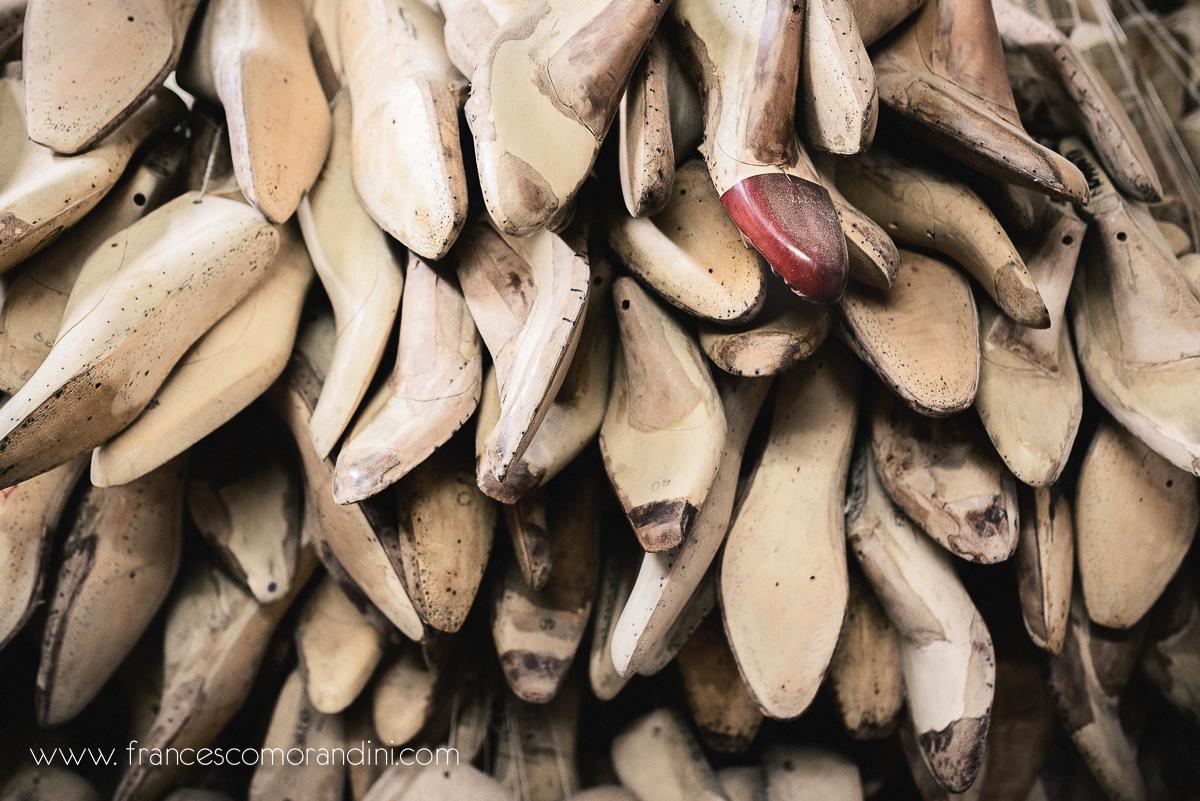 Roberto Ugolini, storia di un artigiano fiorentino. | Un muro fatto di forme di scarpe