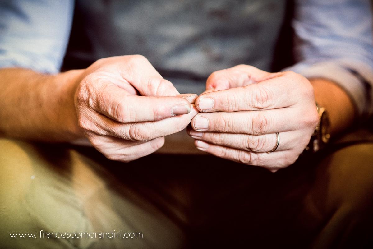 Roberto Ugolini, storia di un artigiano fiorentino. | Dettaglio delle mani del calzolaio famoso nel mondo per le sue scarpe
