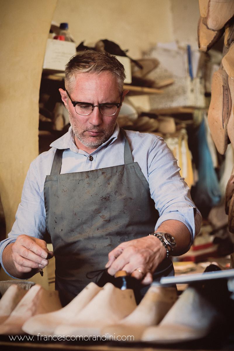 Roberto Ugolini, storia di un artigiano fiorentino. | La lucidatura delle scarpe prima della consegna