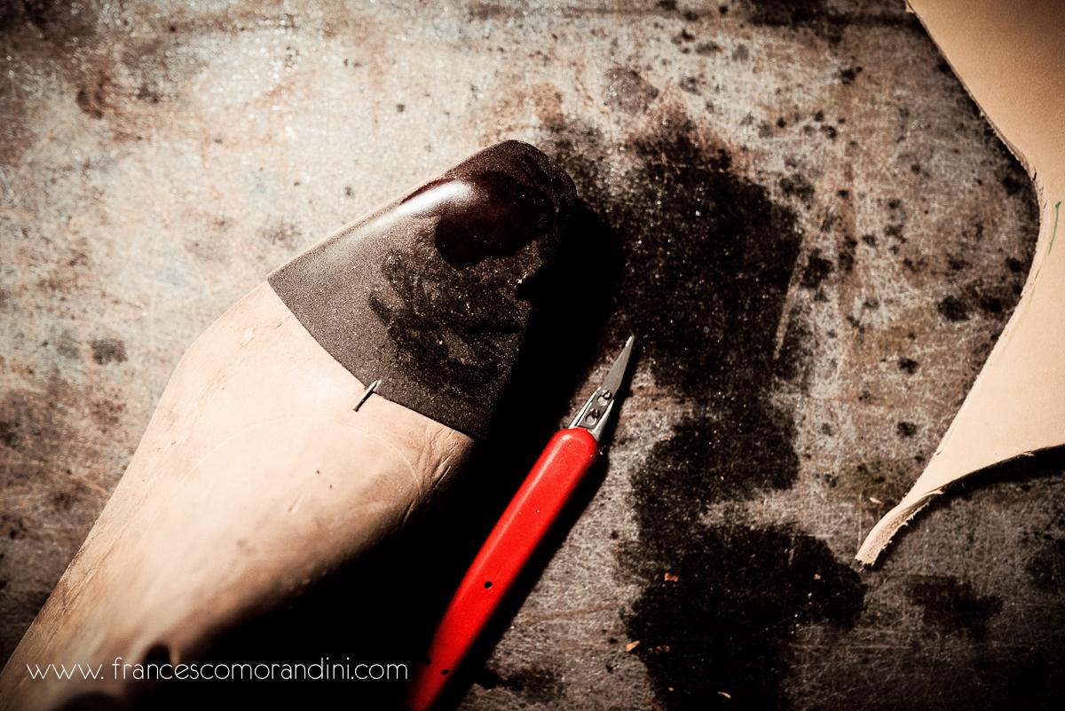 Roberto Ugolini, storia di un artigiano fiorentino. | Il tavolo da lavoro del calzolaio artigiano