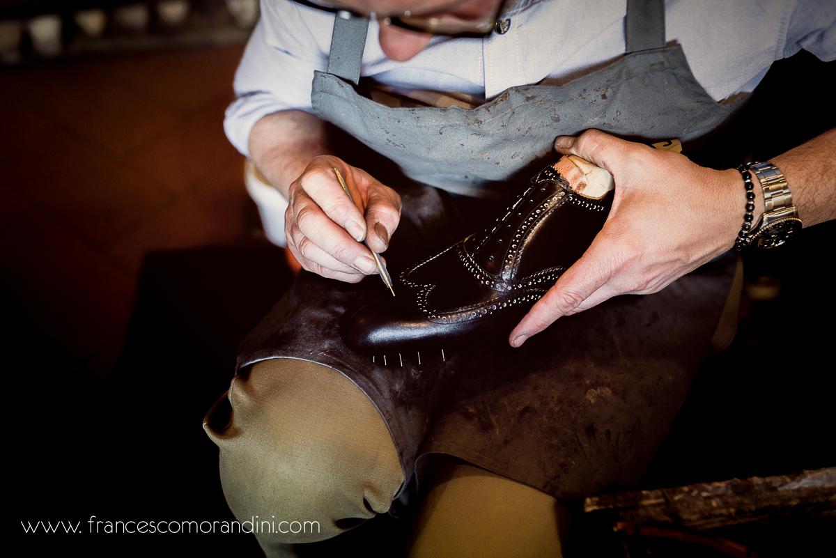 Roberto Ugolini, storia di un artigiano fiorentino. | Le rifiniture prima di concludere le scarpe